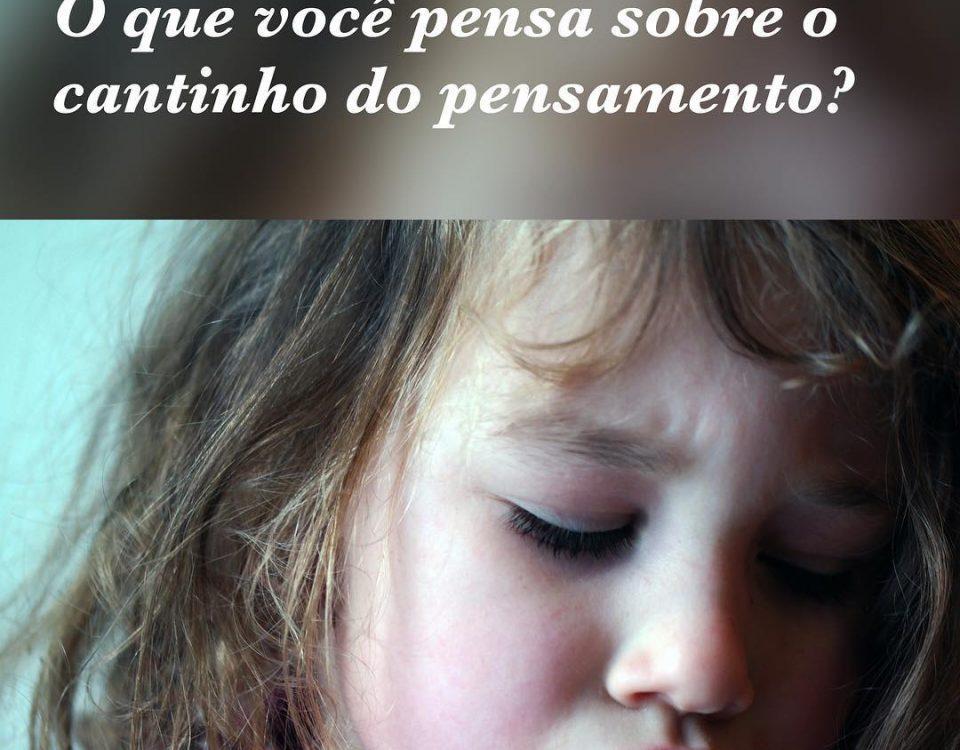 Pais e mães colocam seus filhos de castigo no famoso cantinho do pensamento, com...
